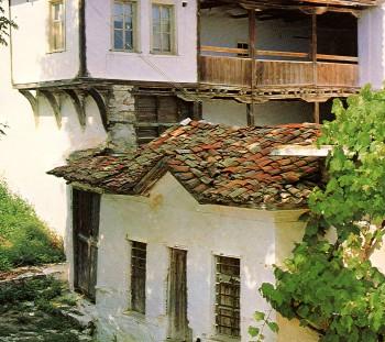 Μακεδονικό παραδοσιακό σπίτι με εσωτερική αυλή, διώροφο χαγιάτι, αύλεια θύρα, και χώρο με δυνατότητα πρόσβασης από την αυλή και το δρόμο