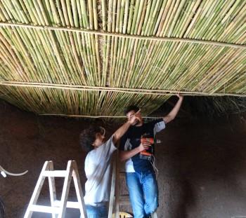 Διαδικασία στήριξης καλαμιών για την επένδυση της οροφής