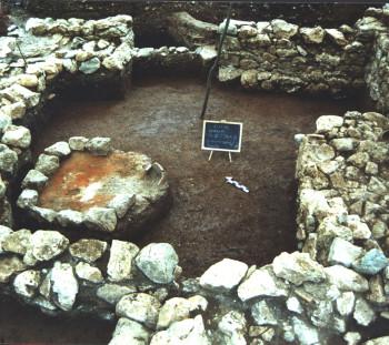 Δωμάτιο κτιρίου του 4ου αι. π.Χ., με λιθόκτιστη εστία