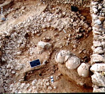 Αμφορείς τύπου Μένδης του 4ου αιώνα π.Χ., πάνω από γεωμετρικό οβάλ κτίριο και κάτω από ελληνιστικές κατασκευές