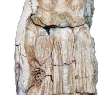 Μήτρα ειδωλίων με δύο γυναικείες μορφές, μία από τις οποίες κρατά σταφύλι (Οπώρα και Αμπελίς;)