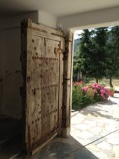 Παλιά αυλόπορτα της Μονής Κανάλων, περιοχής Λειβήθρων. Ανάλογη με πόρτες της αρχαιότητας.