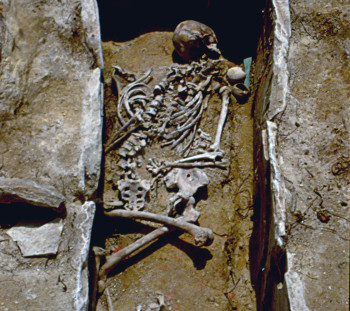 Ύστερη Εποχή Χαλκού, Σπάθες. Τάφοι και νεκροί