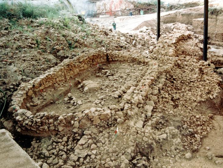 Κρανιά. Το οβάλ κτίσμα των Υστερογεωμετρικών χρόνων πάνω στον περίβολο της Εποχής Χαλκού
